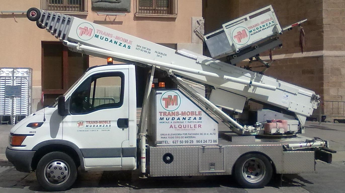 Camion grua_elevadora_por_fachada_Castellon